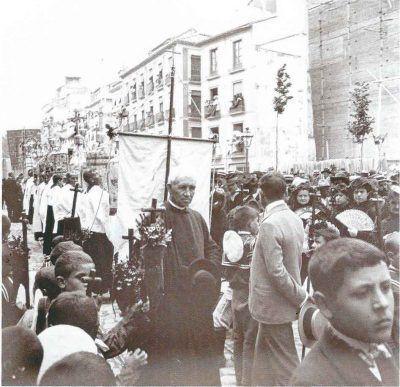 Andrés Manjón y alumnos de las escuelas Pías en la procesión del corpus